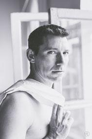 Photo bw noir et blanc boudoir glamour sexy homme blanc chemise torse nu Montréal Marie Deschene photographe