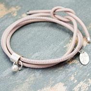 Hier geht es zum Armband-Shop - Foto: Leder-Wickelarmband PIERCE aus puderfarbenem Leder mit gepiercter Silberhülse und Zuchtperle
