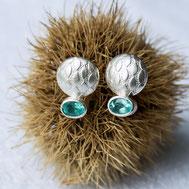 Hier geht es zum Ohrringshop - Foto: Ohrstecker CURACAO in Bouton-Form aus strukturiertem Silber mit türkisblauen Apatit-Edelsteinen