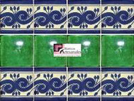 Cenefa en Azulejo Talavera modelo Greca Azul con Liso Verde Deslavado en 10.5 x 10.5 cm, ideal para baños y cocinas mexicanas lo encuentras en Rústicos Artesanales visítanos en nuestra web www.rusticosartesanales.com