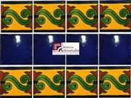 Cenefa en Azulejo Talavera modelo Chilena en fondo Mostaza con Liso Azul Cobalto en 10.5 x 10.5 cm, ideal para baños y cocinas mexicanas lo encuentras en Rústicos Artesanales visítanos en nuestra web www.rusticosartesanales.com