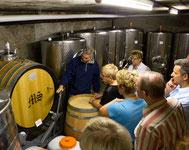 Im Weinkeller wird Ihnen auch die Weissweinproduktion erklärt. Zwei Weissweine werden Ihnen zum Probieren eingeschenkt. Im Ahrtal wächst nicht nur Rotwein, sondern auch Weisswein.