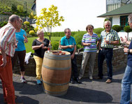 Die umfangreiche Weinprobe an der Ahr beginnt mit einem Sektempfang.