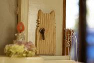 さくらちゃんの耳のシルエットをドアに取り入れました