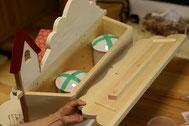 4寸骨壺が3個入ります。蓋の部分に反り防止の為の板を取り付けています