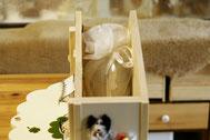 4寸骨壺が2個収納できます。骨壺のまま収納して頂きます。骨壺は下に敷くお座布団をお付けします。オーガンジータイプの薄い骨壺袋でしたら袋のまま収納できます。