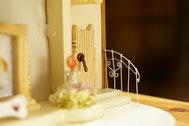 ドアの横にアイアン風の手すりを白いワイヤ-で制作し取り付けました