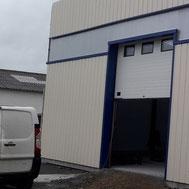 Porte de garage sectionnelle avec hublot par ACMB Charpente metallique construction Brioux 79