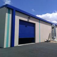Porte de garage sectionnelle bleue par ACMB Charpente metallique construction Brioux 79