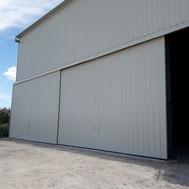 Porte coulissante grise de hangar par ACMB Charpente metallique construction Brioux 79