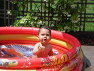 Maxim, pataugeant dans sa piscine...