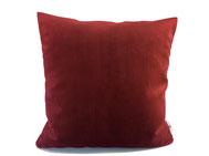 Unser Tipp: weiße Kissen mit roten kombinieren.