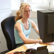 Porträt Katrin Adam (Die Textmamsell) am Schreibtisch – Texterin und Lektorin aus Wuppertal