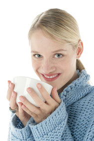Der grüner Tee deaktiviert die mundgeruchbildende Bakterien ( © proDente e.V. )