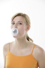 Kaugummi - Zahnhygiene für unterwegs ( © proDente e.V. )