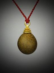 Natürlicher perfekter eiförmiger gelbbrauner Kieselstein mit einer dreistufigen Goldkappe als Angänger an roter Kordel.