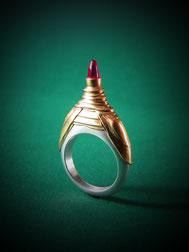 Silberring mit gestuftem Goldaufsatz und hohem Rubincabochon.