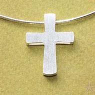 zwei schlichte Kreuze sind übereinander gelegt und an den Enden mit Abstandshaltern verbunden,so läuft die Kette dazwischen. Kreuzanhänger schlicht und elegant Schmuckbrise