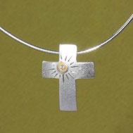 Bild: Silberkreuz mit Sonne, handgefertigt von Andrea Hildebrandt aus Flensburg in der Goldschmiede Schmuckbrise