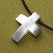 Bild: Kreuzanhänger aus Silber mit Notenschlüssel, handgefertigt von Andrea Hildebrandt aus Flensburg in der Goldschmiede Schmuckbrise