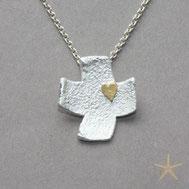kleines,strukturiertes Kreuz Silber mit kleinem Herz aus Gold Schmuckbrise Goldschmiede Hildebrandt Flensburg