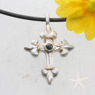 Bild: französisches Lilien Kreuz, Silber und Gold in der Mitte ein Saphir, handgefertigt von Andrea Hildebrandt aus Flensburg in der Goldschmiede Schmuckbrise