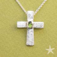 Bild: Silberkreuz  mit grünem Turmalin, 2,2cm, handgefertigt von Andrea Hildebrandt aus Flensburg in der Goldschmiede Schmuckbrise