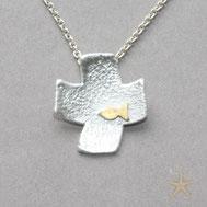 kleiner Kreuz Anhänger Strukturiert, gleichschenklig mit einem kleinen Fisch aus Gold Schmuckbrise Goldschmiede Hildebrandt Flensburg