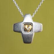 Bild: Silberkreuz mit Herz aus Gold, handgefertigt von Andrea Hildebrandt in Flensburg aus der Goldschmiede Schmuckbrise