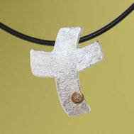 Bild: Silberkreuz mit Struktur und Brillant zur Konfirmation, handgefertigt von Andrea Hildebrandt aus Flensburg in der Goldschmiede Schmuckbrise
