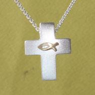 Bild: Silberkreuz mit Ichthys zur Konfirmation, handgefertigt von Andrea Hildebrandt aus Flensburg in der Goldschmiede Schmuckbrise