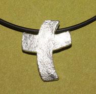 Bild: Silberkreuz mit Struktur geschwungen, handgefertigt von Andrea Hildebrandt in Flensburg aus der Goldschmiede Schmuckbrise