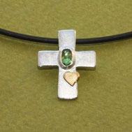 Kreuzanhänger mit grünem Edelstein und Herz 1,9cm,, handgefertigt von Andrea Hildebrandt aus Flensburg in der Goldschmiede Schmuckbrise