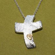Bild: Silberkreuz mit Struktur zur Konfirmation, handgefertigt von Andrea Hildebrandt aus Flensburg in der Goldschmiede Schmuckbrise