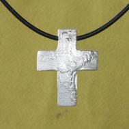 Bild: großes Kreuz mit Struktur, handgefertigt aus der Schmuckbrise in Flensburg von Andrea Hildebrandt