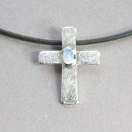 Bild: Silberkreuz mit Mondstein 2,2cm, handgefertigt von Andrea Hildebrandt in Flensburg aus der Goldschmiede Schmuckbrise