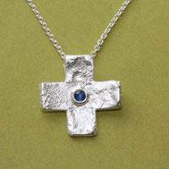 Bild: Silberkreuz gleichschenklig mit struktur und Safir, handgefertigt von Andrea Hildebrandt aus Flensburg in der Goldschmiede Schmuckbrise