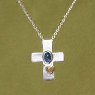 Silberkreuz mit Safir und Herz, handgefertigt von Andrea Hildebrandt aus Flensburg in der Goldschmiede Schmuckbrise