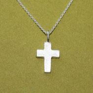 Kreuzanhänger klein und schlicht 1,5cm, handgefertigt von Andrea Hildebrandt aus Flensburg in der Goldschmiede Schmuckbrise