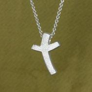 Kreuzanhänger klein und schlicht, geschwungen,  1,6cm, handgefertigt von Andrea Hildebrandt aus Flensburg in der Goldschmiede Schmuckbrise