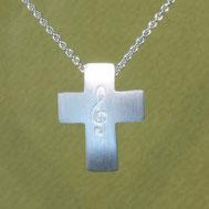 Bild: Silberkreuz mit Notenschlüssel, handgefertigt von Andrea Hildebrandt in Flensburg aus der Goldschmiede Schmuckbrise