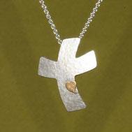 Bild: Kreuzanhänger geschwungen Silber, handgefertigt in Flensburg von Andrea Hildebrandt in der Goldschmiede Schmuckbrise