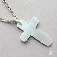 Bild: gleichschenkliges Kreuz mit Oberflächenstruktur einer Jakobsmuschel Schmuckbrise Flensburg