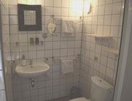 Das private Badezimmer von Coquelicot mit Dusche und WC