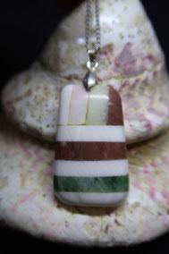 pendentif en pierre, composé:soisite rose, bénitier, calcaire de Mato, néphrite et bénitier