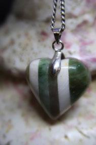 pendentif en pierre, composé:néphrite et bénitier