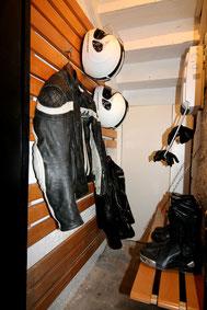 Pour les Motard, le local de séchage du Gîte De Giron dans l'Ain avec équipement moto, casque Premier, blouson Held, Bottes Dainese