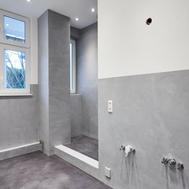 Moderne Badgestaltung mit Betonoptik & abgehängten Decken von GERZEN wand-design