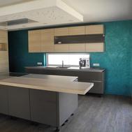 Moderne Küchengestaltung - Strukturputz in Petrol und abgehängte Decke - GERZEN wand-design