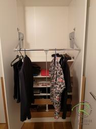 herunter gezogener Kleiderlift im Kleiderschrank nach Maß von Schreinerei Holzdesign Ralf Rapp in Geisingen mit Eiche Massivholz Innenschubladen